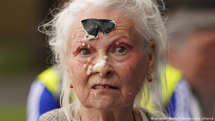 BDTD Vivienne Westwood Kuchenaktion Julian Assange Protest