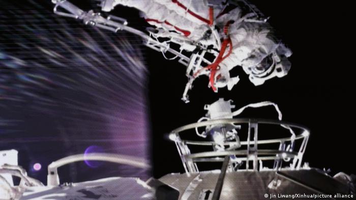 神州12号宇航员出舱作业