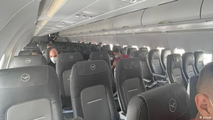 Полупустой салон самолета Люфтганзы