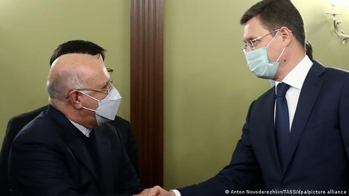 بیژن زنگنه در گفتوگو با آلکساندر نوواک، همتای روسی خود در نشستی در دساامبر ۲۰۲۰.