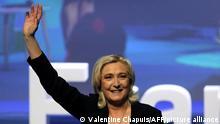 Marine Le Pen (l), die Vorsitzende der französischen Partei Rassemblement National (RN) und Parlamentsabgeordnete, winkt und lächelt bei einem Parteitag, nachdem sie in ihrer Position als Parteivorsitzende bestätigt wurde. Nach einer schweren Schlappe bei den Regionalwahlen ist die Rechtspopulistin Le Pen in Erklärungsnot geraten. +++ dpa-Bildfunk +++