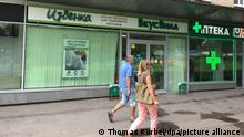 Pedestrians walk past a branch of VkusVill, a supermarket selling regional produce, in Moscow, Russia, 1 August 2017. Photo: Thomas Körbel/dpa