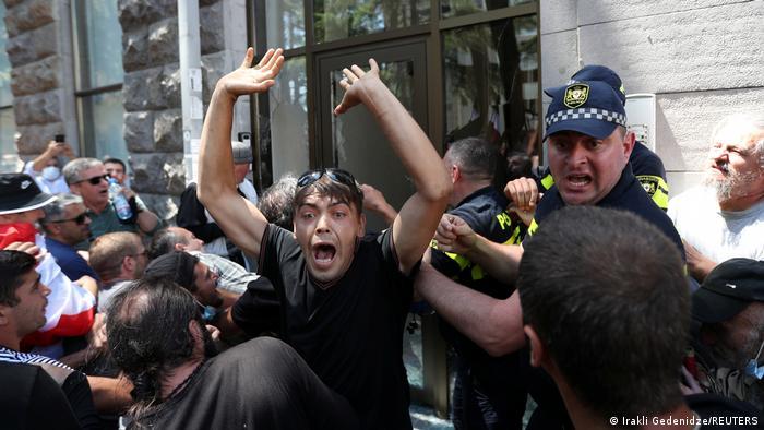 Противники ЛГБТ штурмуют офис НПО Tbilisi Pride