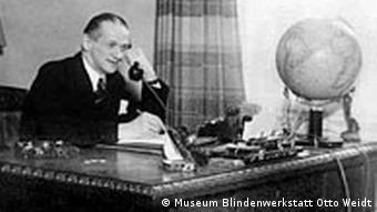 Otto Weid am Telefon
