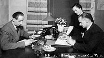 Otto Weidt mit Mitarbeitern
