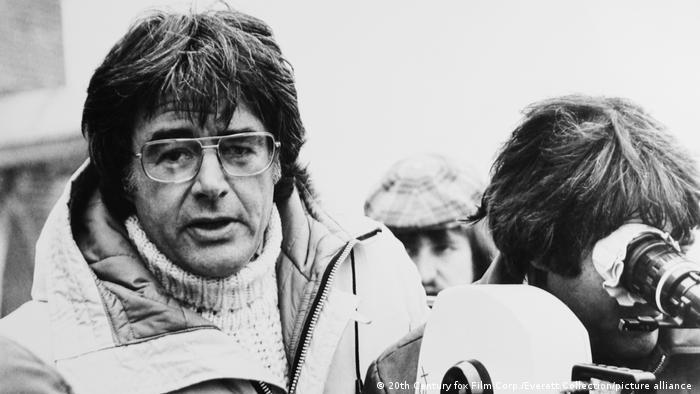 Regisseur Richard Donner bei den Dreharbeiten zum Horrorschocker Das Omen (1976)