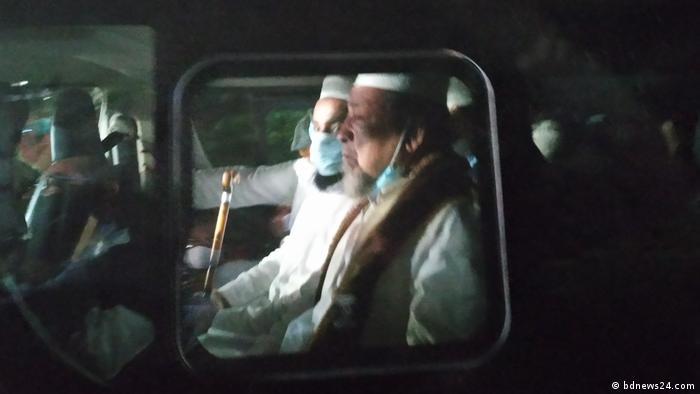 সোমবার রাত সাড়ে ৮টার দিকে আমির বাবুনগরীকে গাড়িতে করে স্বরাষ্ট্রমন্ত্রীর ধানমণ্ডির বাড়িতে ঢুকতে দেখা যায়