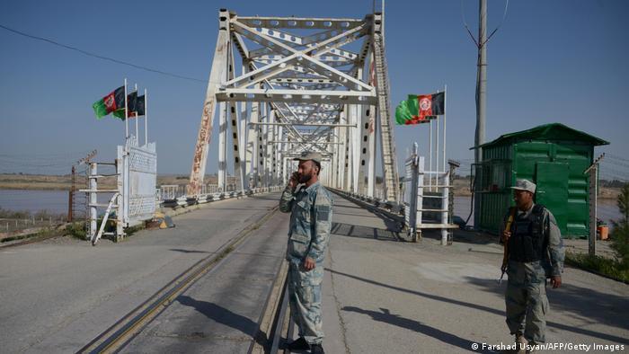 Afghanische Grenzpolizisten stehen an einen wichtigen Brückenübergang nach Usbekistan