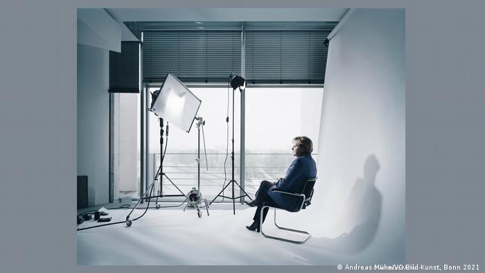 Angela Merkel dalam sesi pemotretan di studio foto (2011) yang dijepret fotografer resmi Andreas Mühe