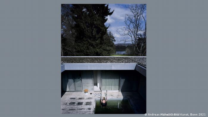 Perempuan yang seolah Angela Merkel sedang bersiap memasuki kolam renang di kediaman resmi kanselir di Bonn.