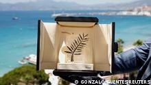 """*** Dieses Bild ist fertig zugeschnitten als Social Media Snack (für Facebook, Twitter, Instagram) im Tableau zu finden: Fach """"Images"""" —> Weltspiegel/Bilder des Tages *** The 74th Cannes Film Festival - The Palme d'Or Award - Cannes, France, July 5, 2021. A Chopard representative displays the Palme d'Or, the highest prize awarded to competing films, during an interview before the start of film festival. REUTERS/Gonzalo Fuentes TPX IMAGES OF THE DAY"""
