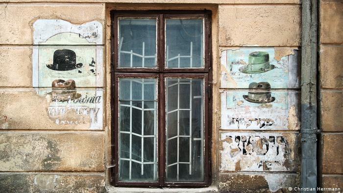 До Другої світової війни у цій лівівській будівлі була крамниця капелюхів, яка належала єврейському майстрові