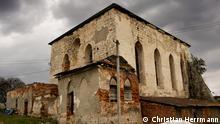 Die Bilder wurden zwischen 2013 und 2020 in der Ukraine aufgenommen. Darauf sind Spuren des jüdischen Lebens in der Ukraine vor dem Holocaust dokumentiert. Darüber hinaus ist mit dem Autor schriftlich vereinbart, dass die DW eine Bildergalerie veröffentlicht. Die eingeräumten Nutzungsrechte gelten für alle DW-Sprachen.