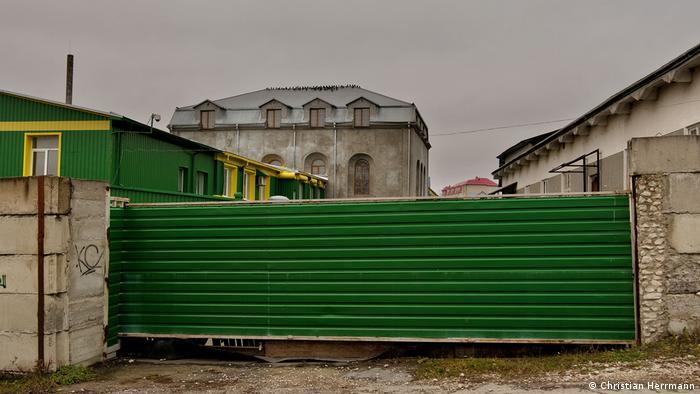 У будівлі синагоги у Збаражі Тернопільської області сьогодні облаштований цех горілчаного заводу. Краще так, ніж взагалі руїна, - каже Крістіан Геррманн