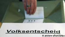 Eine Wählerin gibt am Sonntag (14.10.2007) ihren Stimmzettel zum Hamburger Volksentscheid zur Stärkung der direkten Demokratie ab. Seit dem Morgen sind in der Hansestadt 201 Abstimmungslokale geöffnet, in denen die Bürger persönlich ihre Stimme abgeben können. Bislang haben sich bereits 379 160 (Stand: 12. Oktober 1400) Hamburger per Briefwahl beteiligt. Um das erforderliche Quorum von 50 Prozent aller Wahlberechtigten zu erreichen, sind mindestens 607 468 nötig. Sollte die Zahl erreicht werden, müssen zudem mindestens zwei Drittel der Bürger mit Ja gestimmt haben, um die Verfassung zu ändern und so Volksentscheide verbindlich zu machen und die Quoren zu senken. Foto: Kay Nietfeld dpa/lno +++(c) dpa - Bildfunk+++