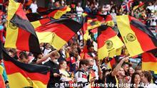 Fußball: EM, England - Deutschland, Finalrunde, Achtelfinale im Wembley Stadion. Deutsche Fans warten auf der Tribüne auf den Spielbeginn. (RECROP)