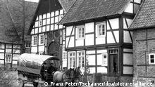 Zur letzten Runde in dieser Saison startet am Donnerstag (31.10.1996) der Planwagen zur Rundfahrt im Paderborner Dorf des Westfaelischen Freilichtmuseums in Detmold vor dem Ackerbuergerhaus, erbaut im Jahr 1730 (li) und dem im Jahr 1602 errichttetn Nebenhaus (re). Rund 265 000 Besucher passierten von April bis Oktober die Kassen des Museums und besichtigten die etwa 100 historischen Gebaeude aus allen westfaelisch-lippischen Landschaften. dpa