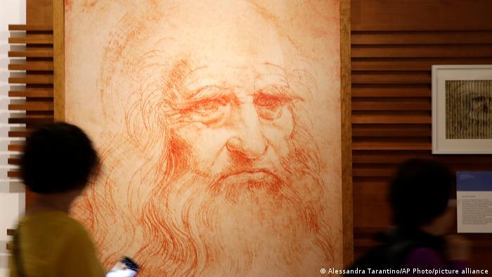 Visitantes en Roma observan un retrato del pintor, científico e inventor italiano del Renacimiento Leonardo Da Vinci.