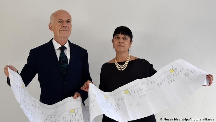 Los expertos en Da Vinci Alessandro Vezzosi (izq.) y Agnese Sabato sostienen una impresión con el árbol genealógico de los descendientes de Leonardo Da Vinci, el genio universal.