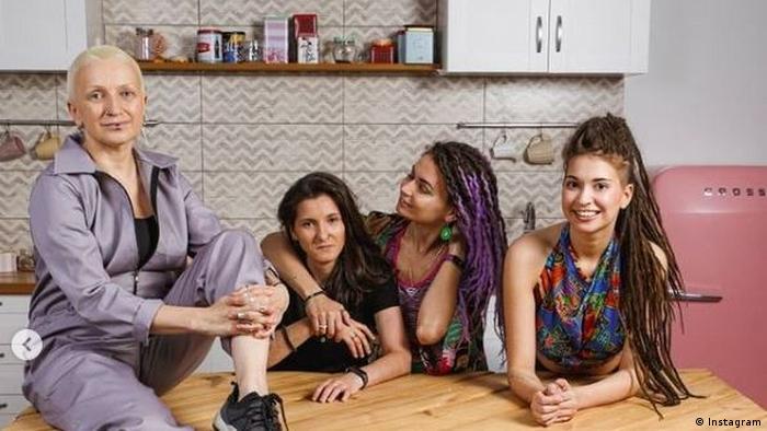 Фотография семьи из статьи ВкусВилл из соцсети Instagram
