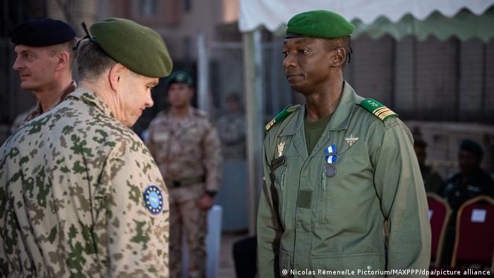 Генерал португальской армии (слева) на военной церемонии в Бамако с участием военнослужаших армии Мали