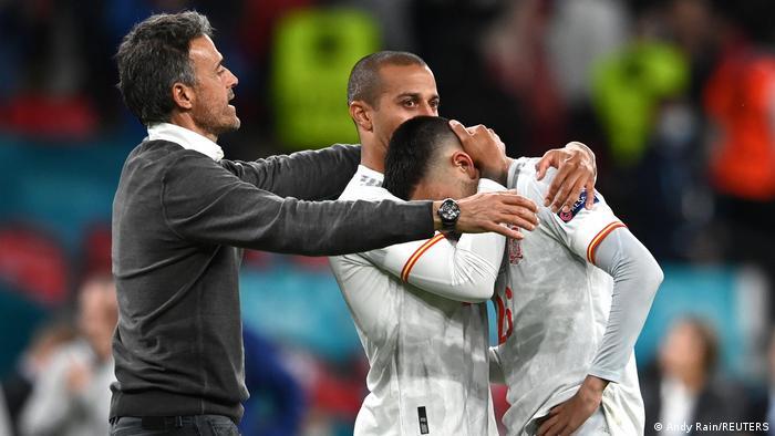 ملیپوشان ایتالیا در ضربات پنالتی خونسردی و کارآیی بیشتری از خود نشان داده و توانستند با عبور از سد اسپانیا به فینال بازیها برسند. به این ترتیب یکی دیگر از مدعیان کسب قهرمانی از صحنه رقابتها حذف شد. تصویری از لوئیز انریکه (چپ)، سرمربی اسپانیا که میکوشد بازیکنان خود را پس از این ناکامی دلداری دهد.