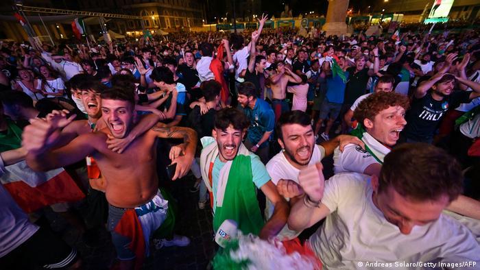 Итальянские футбольные фанаты в фан-зоне в центре Рима