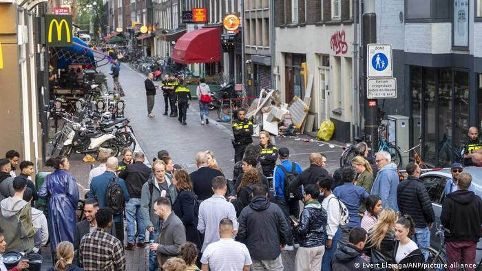 Polizei sperrt Strasse ab - viele Schaulustige