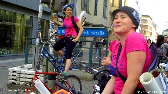 Projektleiterin Aisha Ronniger (links) auf ihrem Mutanten-Rad (Foto: Christina Felschen/ DW)