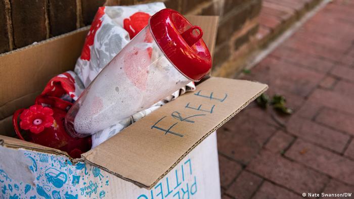 Comedouros para pássaros descartados em caixa de papelão para doação