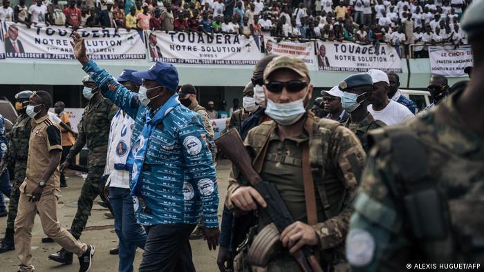 رئيس جمهورية أفريقيا الوسطى فاوستين بحماية مرتزقة روس