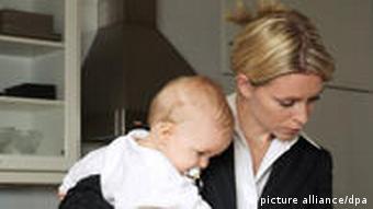 Женщина в деловом костюме с младенцем на руках