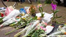 """(c) Ingrid Gercama/DW. Nur im Zusammenhang mit der Aktuellen Berichterstattung von Ingrid Gercama zu dem Angriff auf Peter R. de Vries benutzt werden. Daniel Zeevaarder has brought two potted purple and yellow flowers for Peter. The one in the middle says: """"Keep holding on, Peter"""", and the other one: """"If only there were more like you""""."""