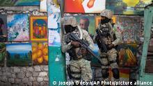 Soldaten patrouillieren im Viertel Petionville, in dem die Residenz von Moïse steht. Unbekannte sind in die Residenz des haitianischen Präsidenten Moïse eingedrungen und haben ihn erschossen. Seine Ehefrau Martine sei bei dem Angriff am Rande der Hauptstadt Port-au-Prince in der Nacht zum Mittwoch (Ortszeit) verletzt worden. +++ dpa-Bildfunk +++