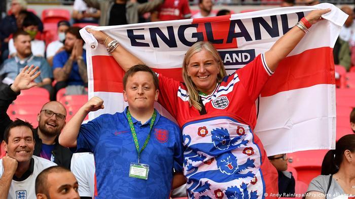بخش اعظم ورزشگاه ومبلی را اما هواداران تیم ملی فوتبال انگلیس به خود اختصاص داده بودند. تیم انگلیس در این دیدار از امتیاز میزبانی برخوردار بود.