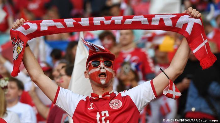 پیکار انگلیس و دانمارک در حضور ۶۵ هزار تماشاگر در ورزشگاه ومبلی انجام گرفت. شماری از هواداران تیم ملی فوتبال دانمارک برای تشویق ملیپوشان خود راهی ومبلی شده بودند. در مجموع ۸ هزار هوادار تیم ملی دانمارک که محل اقامتشان در انگلیس است، اجازه حضور در ورزشگاه ومبلی را دریافت کردند.
