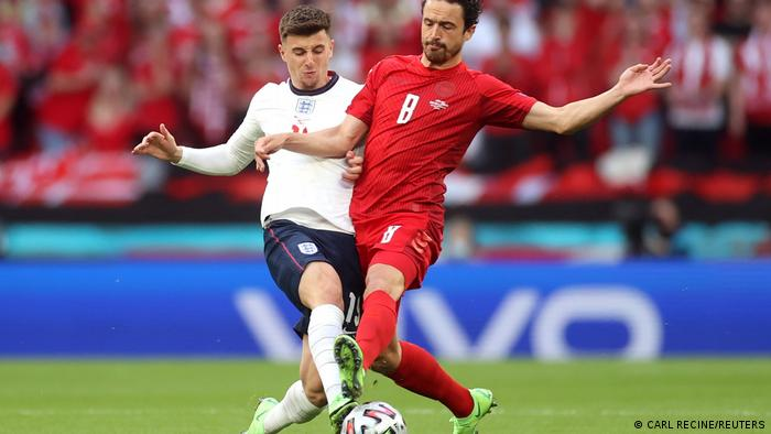 هر دو تیم دانمارک و انگلیس این دیدار را پرجنبوجوش آغاز کردند. دانمارک اما با زنجیرههای دفاعی خود راه نفوذ را بر انگلیس دشوار کرده بود. صحنهای از نبرد تنبهتن میان میسون ماونت (چپ)، بازیکن انگلیس و توماس دیلنی، ستاره دانمارک.
