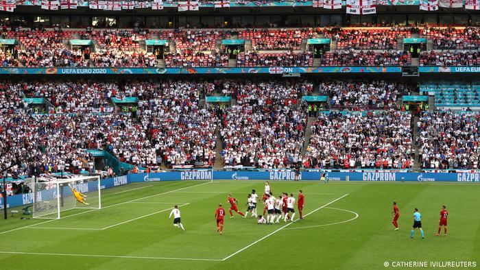 در دقیقه ۳۰ بازی ضربهای آزاد نصیب دانمارک شد. میکل دامسگارد پشت توپ قرار گرفت و با شوتی تماشایی از فاصله ۲۳ متری دروازه انگلیس را باز کرد. این نخستین گلی بود که تیم انگلیس در این دوره از بازیها دریافت کرد.