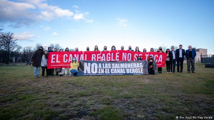 Protesta en Tierra del Fuego contra las salmoneras en el Canal de Beagle.