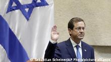 Izchak Herzog, neuer Präsident von Israel, hebt während seiner Vereidigungszeremonie im israelischen Parlament die Hand. +++ dpa-Bildfunk +++