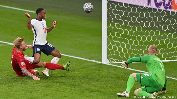 یک دقیقه بعد از این حمله بود که انگلیس به گل تساوی دست یافت. سانتر تیزی که از جناح راست روانه دروازه دانمارک شده بود، پس از برخورد با سیمون کیائر، بازیکن این تیم درون دروازه جای گرفت. کیائر سعی داشت که جلوی عملکرد استرلینگ (پیراهن سفید)، مهاجم انگلیس را بگیرد، اما تلاش او در نهایت به گل تساوی انگلیس منجر شد.