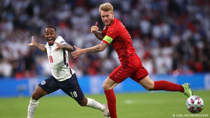 انگلیس در نیمه دوم بازی چهرهای پرتحرکتر از خود نشان داد و به ویژه از لحاظ مالکیت توپ بر دانمارک برتری داشت. تصویری از تلاش سیمون کیائر برای مهار استرلینگ، مهاجم انگلیس.
