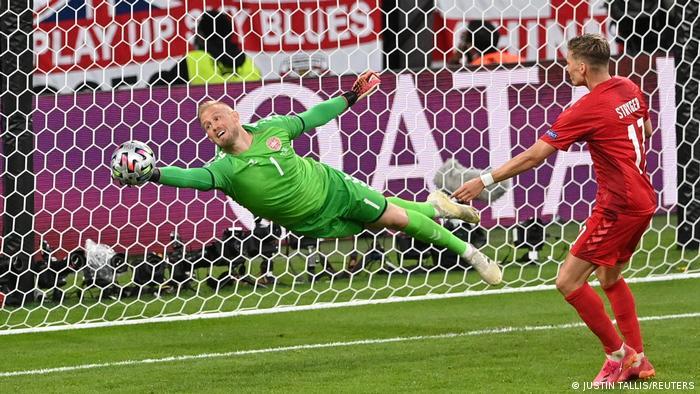 گل دانمارک در ورزشگاه ومبلی تیم انگلیس را شوکه کرد. ملیپوشان انگلیس اما به سرعت در صدد جبران این گل برآمدند و حملات خود را تشدید کردند. در دقیقه ۳۷ بازی استرلینگ، مهاجم انگلیس در محوطه جریمه به فرصتی طلایی دست یافت، اما کاسپر اشمایکل، دروازهبان دانمارک با واکنشی فوقالعاده مانع از آن شد که این حمله به نتیجه برسد.