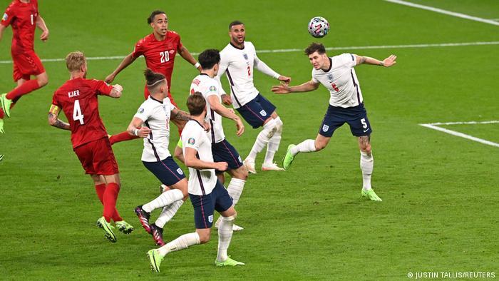 سرمربی دانمارک در اواسط نیمه دوم بازیکنانی تازهنفس به میدان فرستاد تا تیمش را تقویت کند. دانمارکیها یکی دو موقعیت داشتند، اما نتوانستند به طور جدی دروازه انگلیس را به خطر بیاندازند. پیکار دو تیم پس از ۹۰ دقیقه تلاش در نهایت با تساوی یک بر یک به پایان رسید و بازی به وقت اضافه کشیده شد. تصویری از یکی از حملات دانمارک بر دروازه انگلیس.