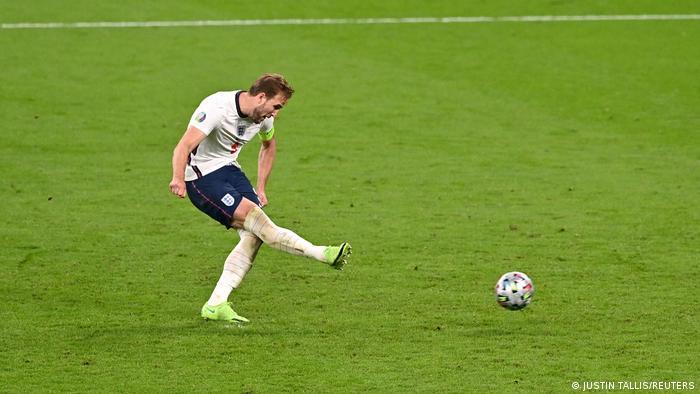 هری کین، کاپیتان انگلیس پشت توپ قرار گرفت. کاسپر اشمایکل، دروازهبان دانمارک ضربه او را دفع کرد، اما کین با واکنشی سریع توپ را وارد دروازه حریف کرد و تیمش را ۲ بر یک جلو انداخت.