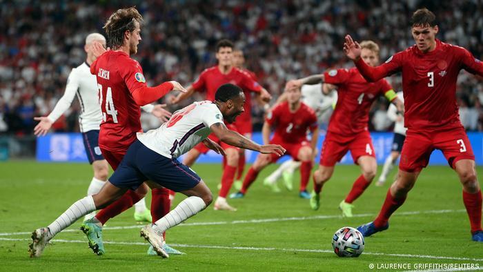 Оспорваното падане на Стърлинг в наказателното поле, след което Англия вкара от дузпа срещу Дания