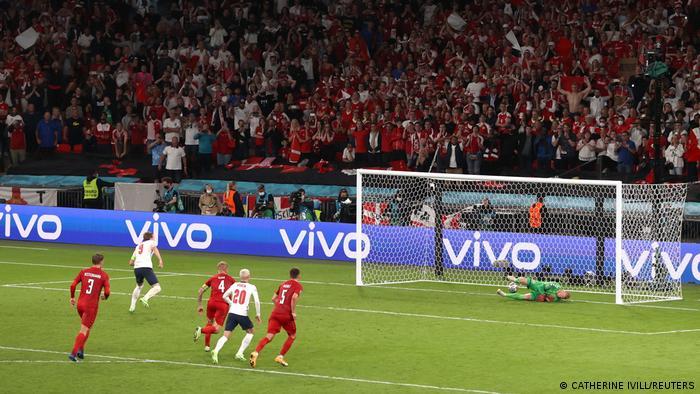 پیروزی ۲ بر یک انگلیس مقابل سرخپوشهای دانمارک در نهایت در پی یک پنالتی بحثبرانگیز حاصل شد. درخور توجه آنکه اشمایکل، دروازهبان دانمارک توانست نخست ضربه کین را دفع کند، اما کاپیتان انگلیس با واکنشی سریع توپ را درون دروازه حریف جای داد تا صعود انگلیس به فینال بازیها مسجل شود.