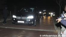 07.07.2021, Ein Fahrzeugkonvoi, der den ehemaligen südafrikanischen Präsidenten Jacob Zuma transportiert, verlässt sein Haus in Nkandla in der Provinz KwaZulu-Natal. Zuma übergab sich am frühen Donnerstag der Polizei, um mit der Verbüßung einer 15-monatigen Haftstrafe zu beginnen, nur Minuten vor der Mitternachtsfrist für die Polizei, um ihn zu verhaften. +++ dpa-Bildfunk +++