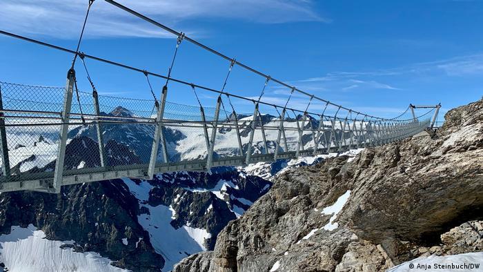 Schweiz | Der Cliff Walk spannt sich über den Abrund auf dem Titlis Gletscher