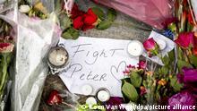Blumen, Kerzen und eine Botschaft mit Fight Peter liegen am Tatort. Der auch international bekannte Kriminalreporter Peter R. de Vries war am Dienstagabend an dieser Stelle niedergeschossen und lebensgefährlich verletzt worden. +++ dpa-Bildfunk +++
